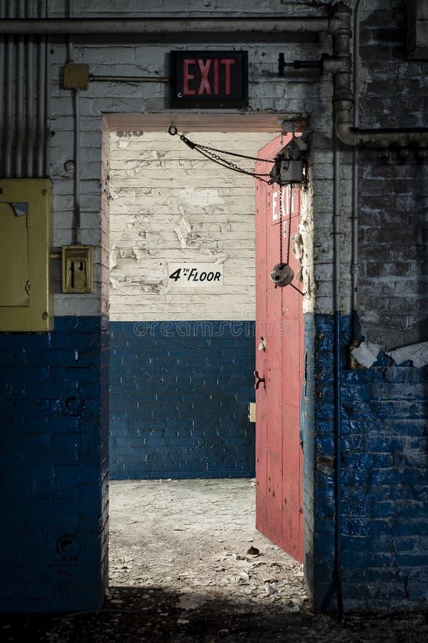Ausgangs-Tür - verlassene Fabrik - Ferry Cap & Screw Company - Cleveland, Ohio lizenzfreie stockbilder