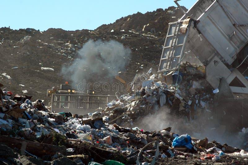 Ausgeben des Abfalls an der Aufschüttung stockfotografie