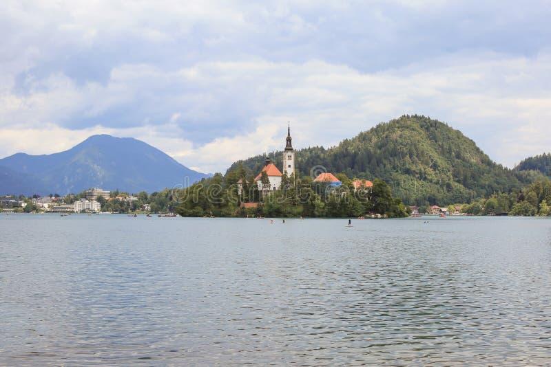 Ausgebluteter See in Slowenien am sonnigen Sommertag lizenzfreies stockfoto