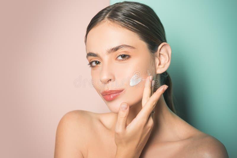 Ausgebreitete Creme der Sch?nheit auf ihrem Gesicht Hautcremekonzept Gesichtspflege f?r Frau Halten Sie Haut hydratisierte regelm lizenzfreie stockfotografie