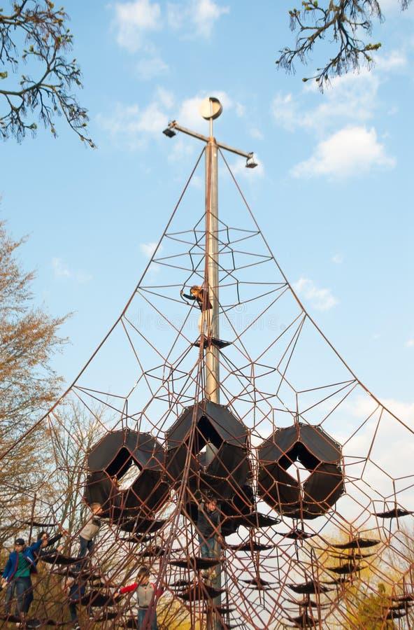 Ausgedehnte Seilmasche und -kinder, die auf ihr klettern stockfotos