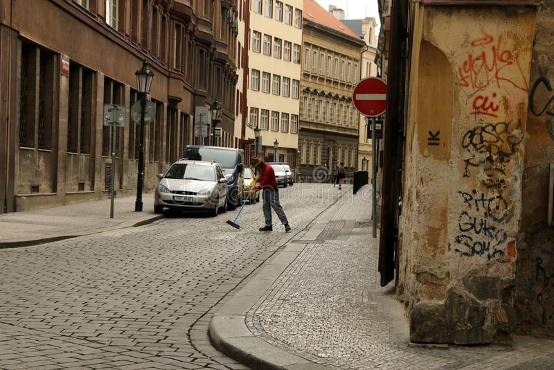 Ausgedehnte Straße des Mannes auf der Straße lizenzfreies stockfoto