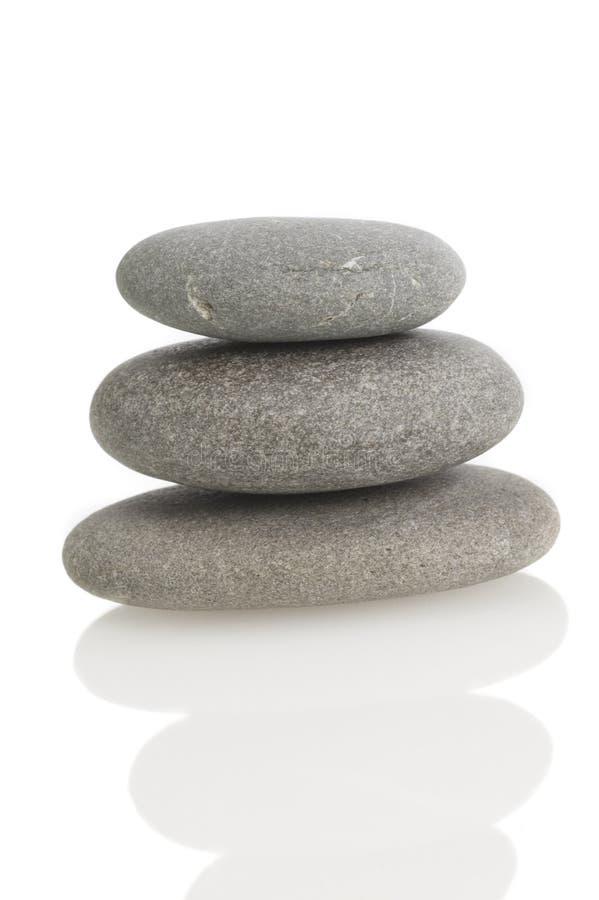 Ausgeglichene Felsen auf Weiß lizenzfreie stockfotos