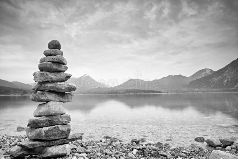Ausgeglichene Steine auf Berg lakeshore Kinder errichteten Kieselpyramide lizenzfreie stockfotografie