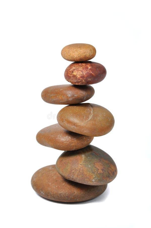 Ausgeglichene Steine lokalisiert über Weiß stockbild