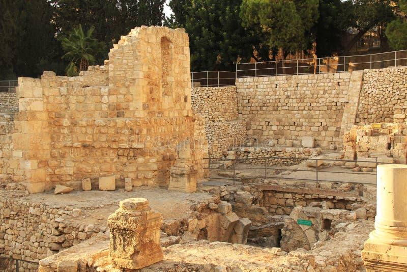 Ausgegrabene Ruinen des Pools von Bethesda und von Kirche stockbilder