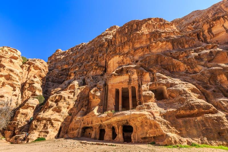 Ausgehöhlte Gebäude von wenig PETRA in Siq-Al-Barid, Wadi Musa, Jord stockbilder