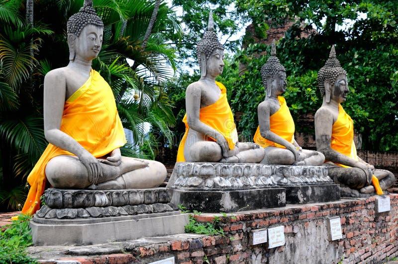 Ausgerichtete Buddha-Statuen stockfotos