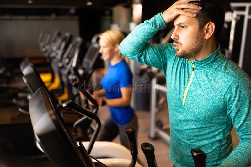 Ausgestoßener Sportler im Fitnessstudio lizenzfreie stockfotos