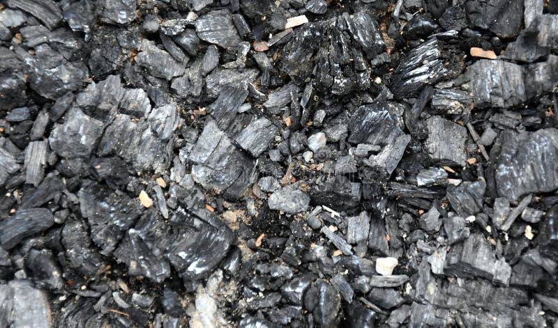 Ausgestorbene Kohlen nach Feuer Asche und Asche vom überschüssigen Burning Schwarze Asche oder Holzkohlenbeschaffenheit, Tapete G lizenzfreie stockfotos