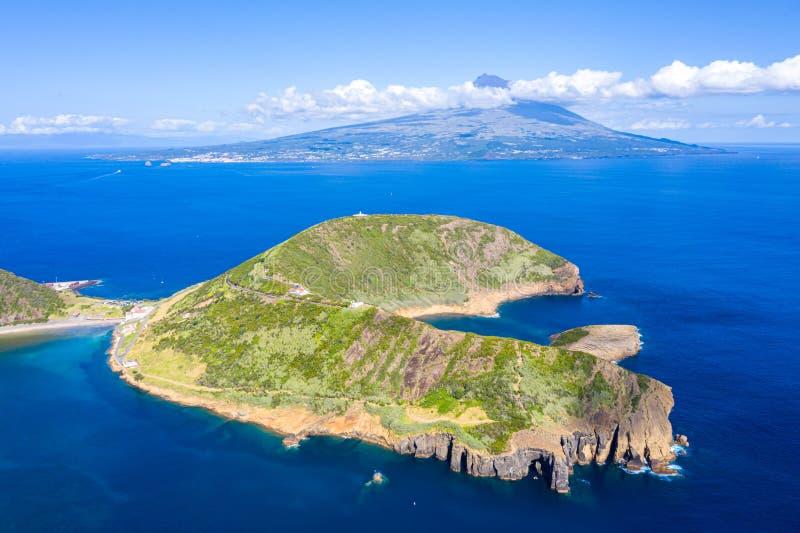 Ausgestorbene Vulkankrater von Caldeirinhas, Berg Guia, Horta, Faial-Insel mit der Spitze von Pico-Vulkanberg, Azoren, Portugal lizenzfreie stockbilder