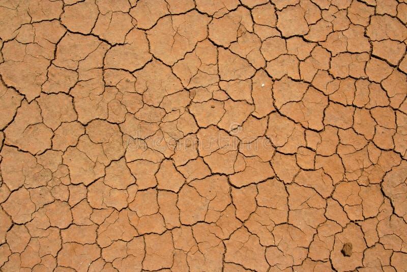 Ausgetrockneter und gebrochener Boden in der Wüste lizenzfreie stockfotos