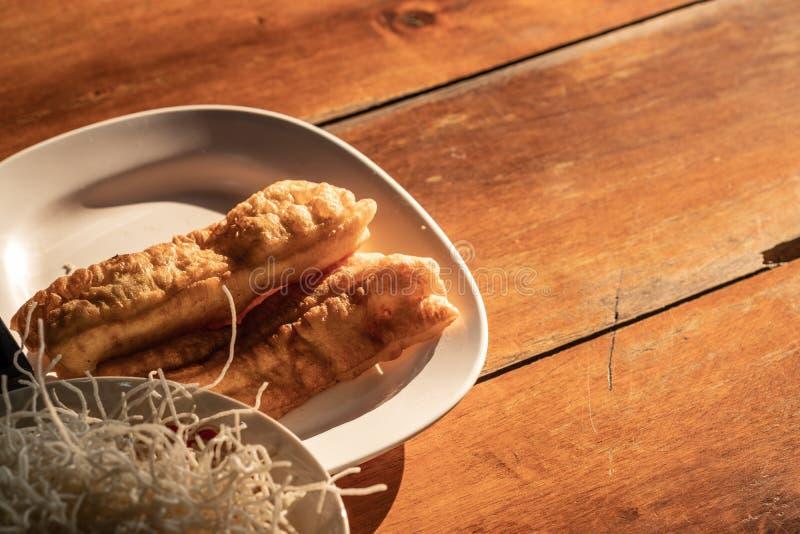 Ausgewählter Fokus Traditionelles Lebensmittel, frittierter Teigstock flehen an an lizenzfreies stockbild