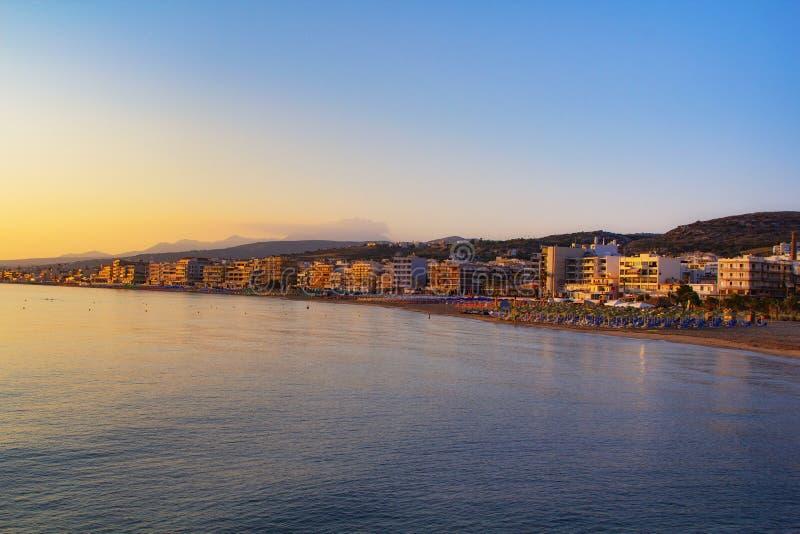 Ausgezeichnete Ansicht von Retimno, Kreta, Griechenland während eines schönen Sonnenaufgangs im Mittelmeer stockbild
