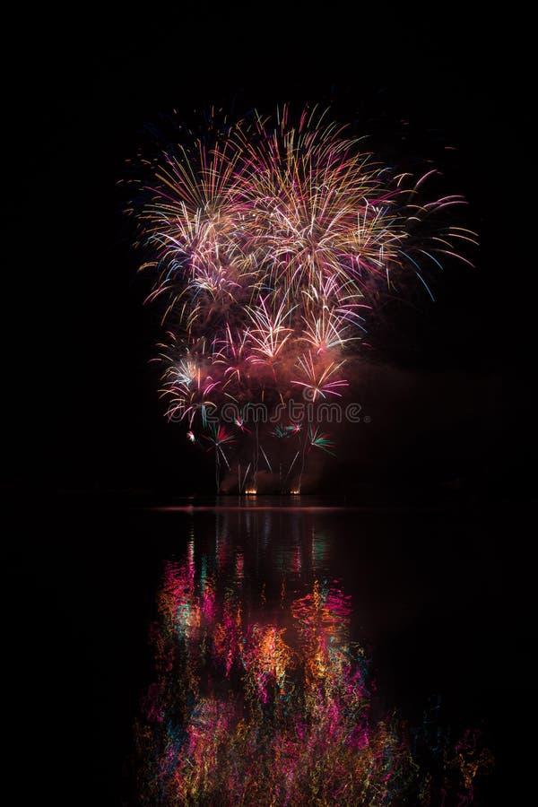 Ausgezeichnete, große und reiche Feuerwerke über Brnos Verdammung mit Seereflexion lizenzfreie stockfotos