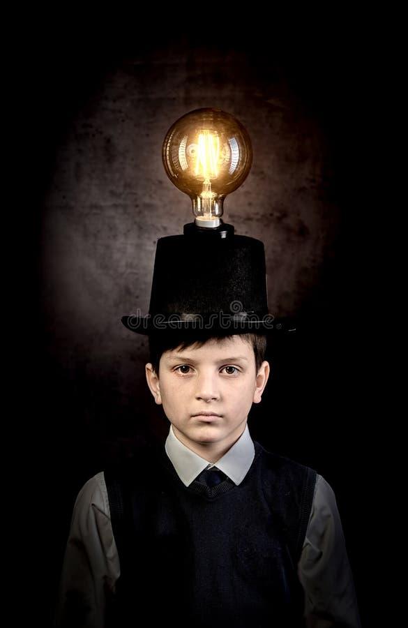 Ausgezeichnete Idee, Kind mit Edison-Birne über seinem Kopf stockfoto