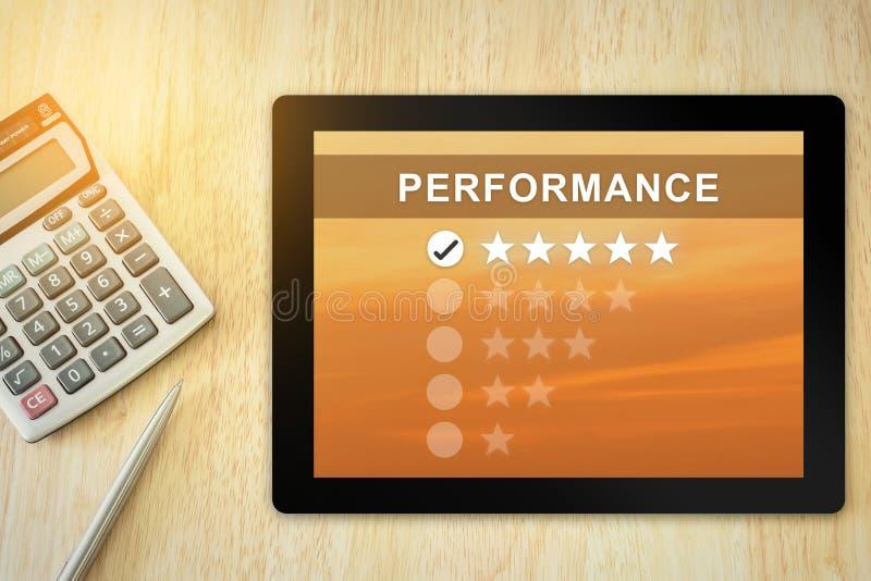 Ausgezeichnete Leistung mit fünf Sternen auf Tablette lizenzfreies stockfoto