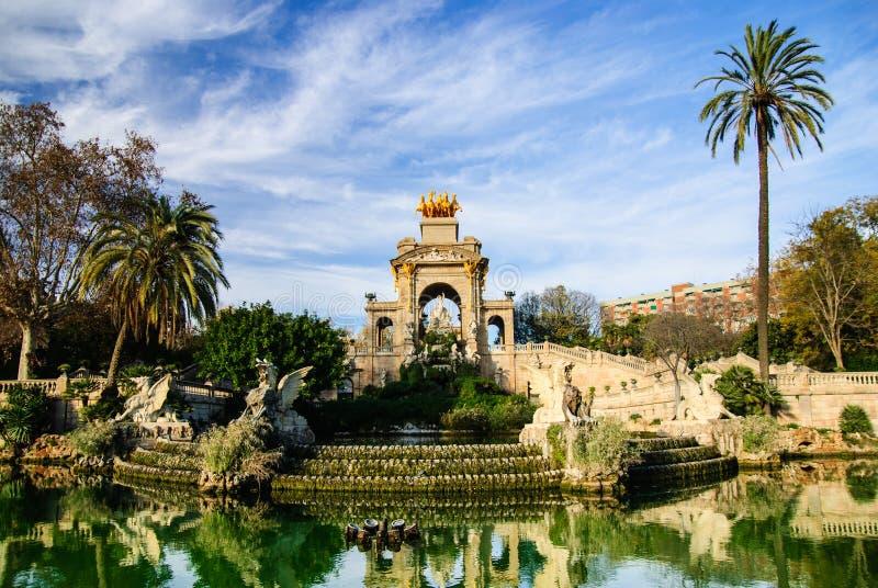Ausgezeichneter Brunnen mit Teich in Parc de la Ciutadella, Barcelona lizenzfreie stockbilder