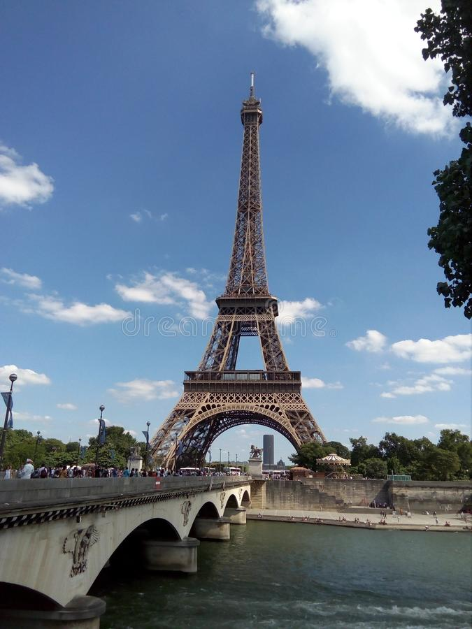 Ausgezeichneter Eiffelturm an einem bewölkten Tag stockfotografie
