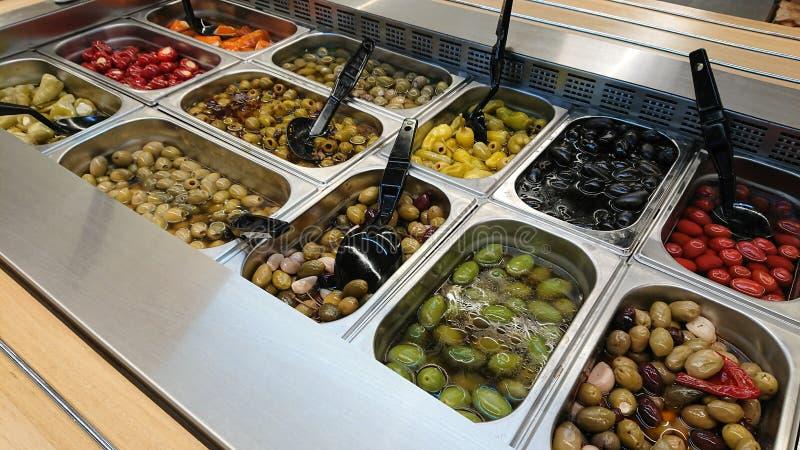 Ausgezeichneter Hintergrund mit einem Salatbar mit Oliven Gesunde Nahrung lizenzfreie stockbilder