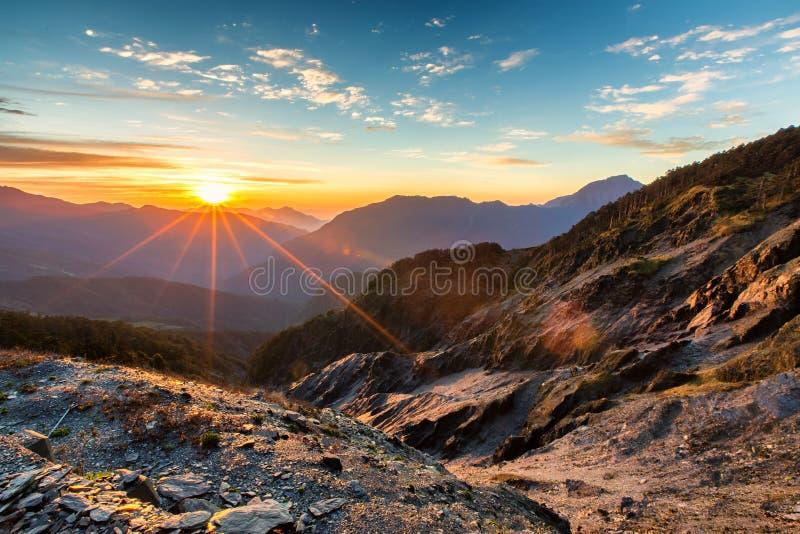Ausgezeichneter Sonnenaufgang und Gebirgszüge Hehuanshan, Taiwan lizenzfreie stockfotografie