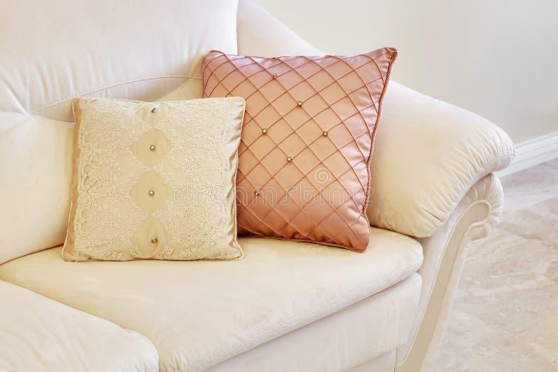 Ausgezeichnetes helles Sofa lizenzfreies stockfoto