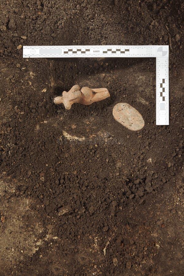 Aushöhlungen des historischen Platzes im Wald - Archäologe bei der Arbeit stockbild
