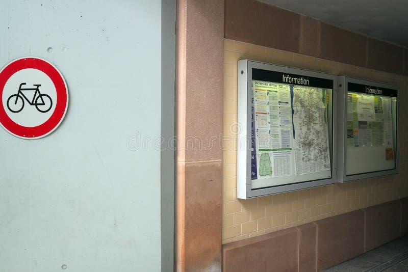 Auskunft im Bahnhof in Offenburg, Deutschland stockfotografie