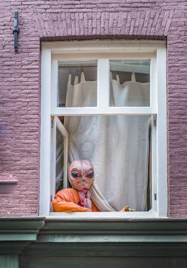 Ausländer am Fensteraufpassen lizenzfreie stockbilder