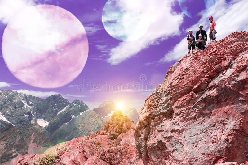 Ausländische Planeten-Berglandschaft und Bergsteiger auf die Oberseite stockfotos