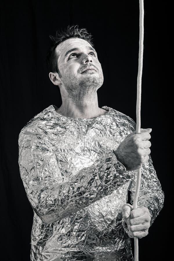 Ausländischer Mann mit dem Seil, das oben schaut lizenzfreies stockbild
