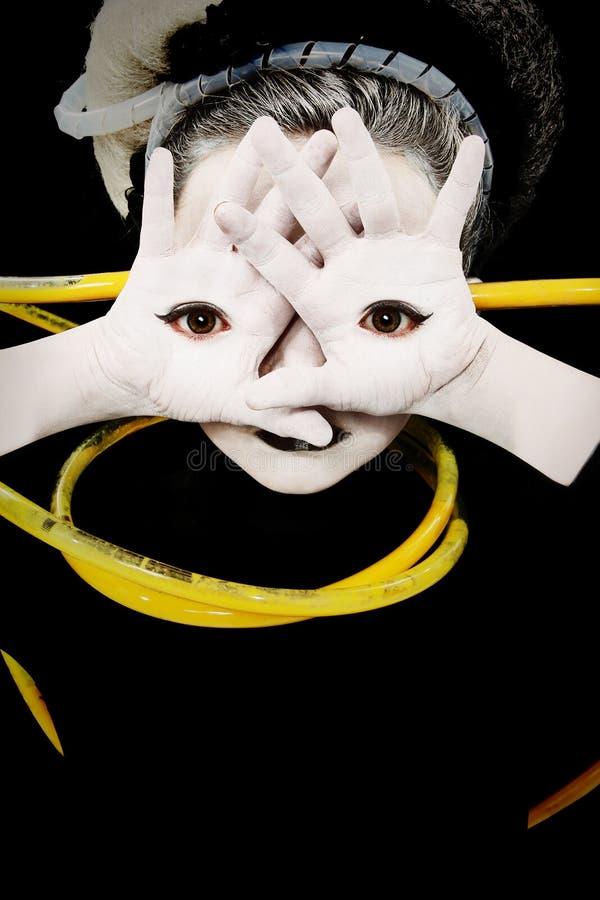 Ausländisches Mädchen-Kind mit Augen auf Palmen der Hände lizenzfreie stockfotografie