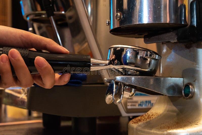 Auslaufende Milch Barista von der Kaffeemaschine stockfoto