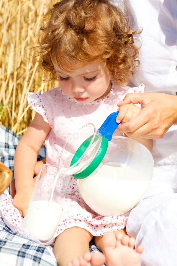 Auslaufende Milch des Mädchens stockbild