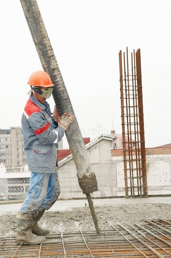 Auslaufender Beton der Erbauerarbeitskraft stockbild