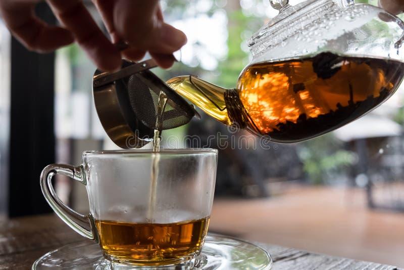 Auslaufender heißer Tee stockfoto
