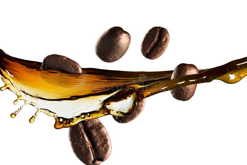 Auslaufender Kaffee auf dem weißen Hintergrund stockbild