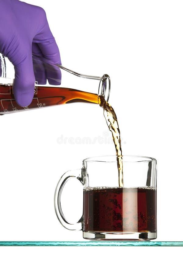 Auslaufender Kaffee von der Flasche stockbild