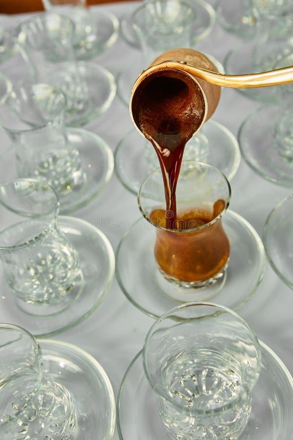 Auslaufender türkischer Kaffee in traditionelle prägeartige Schale lizenzfreie stockbilder