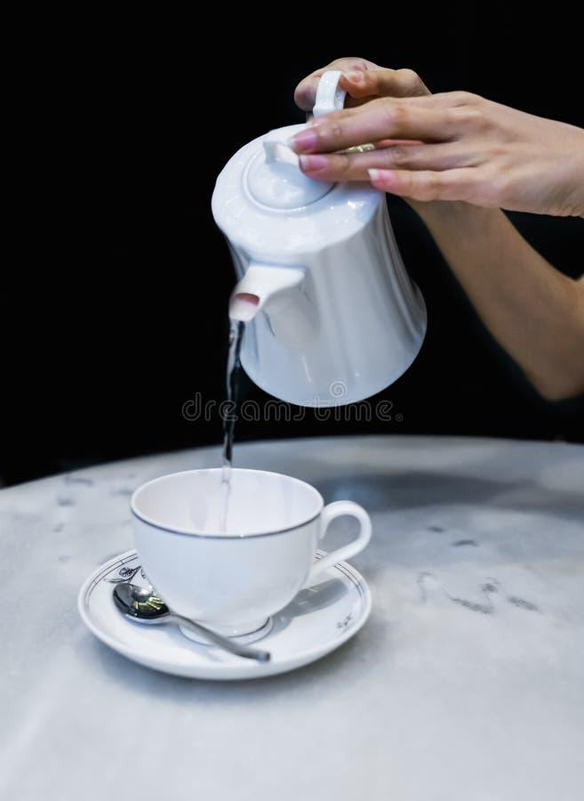 Auslaufender Tee stockfotos