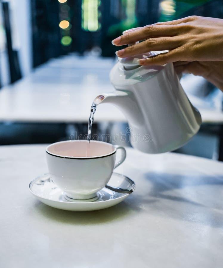 Auslaufender Tee lizenzfreie stockfotografie