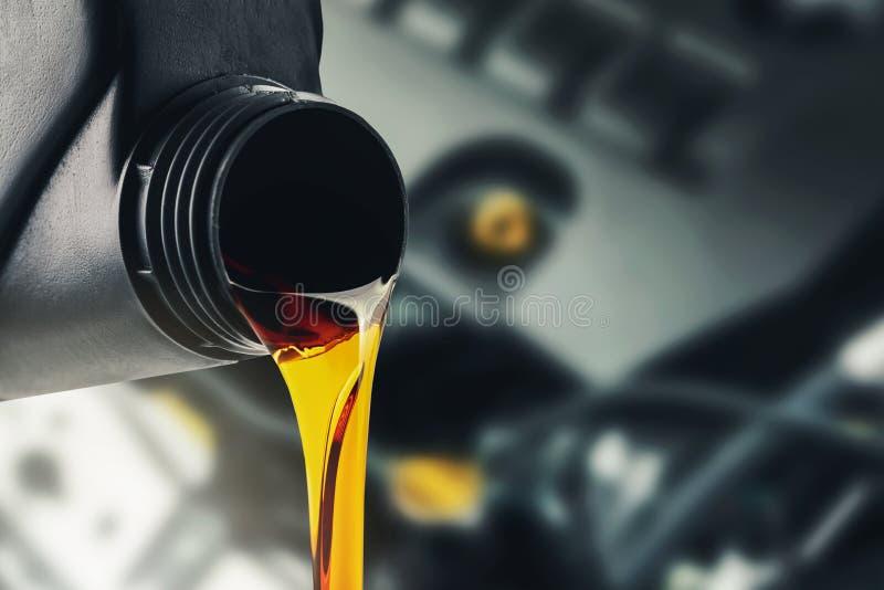 Auslaufendes änderndes Automotormotoröl lizenzfreie stockfotografie