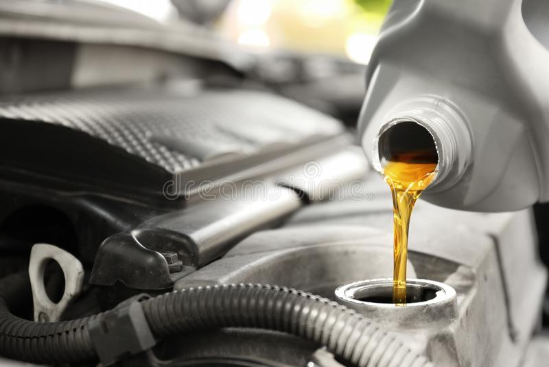 Auslaufendes Öl in Automotor stockfotos