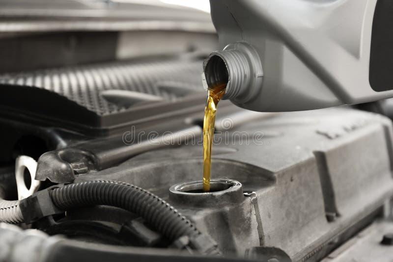 Auslaufendes Öl in Automotor lizenzfreie stockfotografie