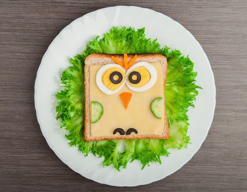 Auslegungsnahrung. Kreatives Sandwich für Kind mit Abbildung wenig ow stockfotos