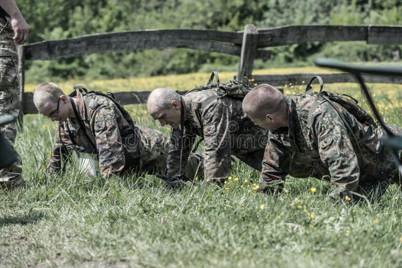 Auslese-Herausforderung - militärische Ausbildung, Wettbewerbszivilisten stockfotografie