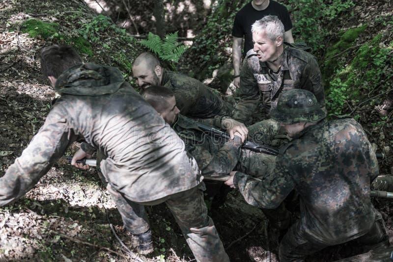 Auslese-Herausforderung - militärische Ausbildung, Wettbewerbszivilisten lizenzfreie stockfotos