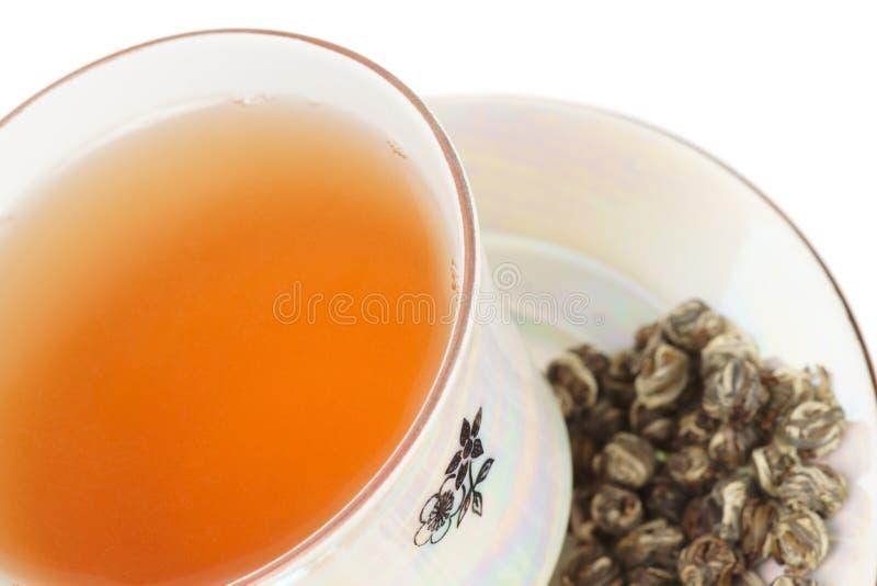 Auslese oolong Tee im Porzellancup stockbilder
