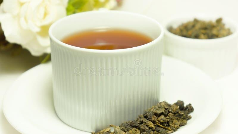 Auslese oolong Tee im Porzellancup lizenzfreies stockfoto