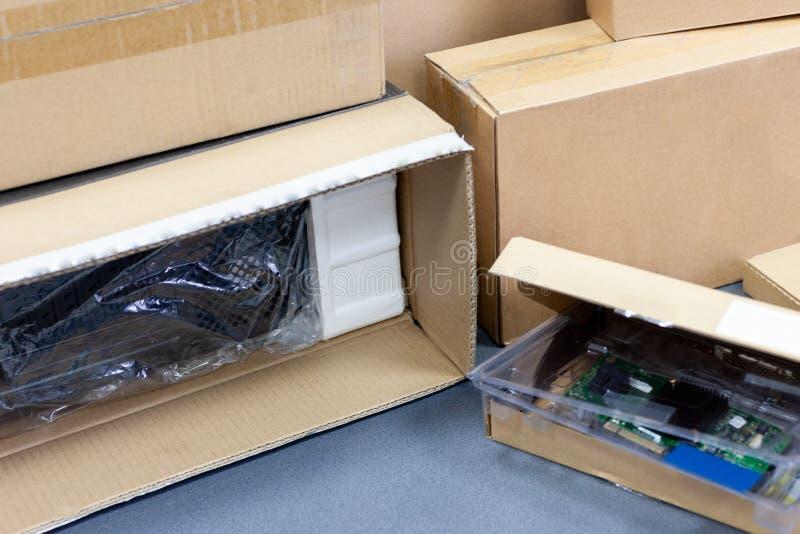 Auspacken der schwarzen Personal-Computer-, hinteren Ansicht, Zellophanverpacken viele Kästen für Tischplatten-Hardware-Teile lizenzfreies stockbild